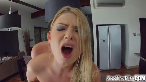 Блондинка интенсивно надрачивает клитор во время секса со своим парнем