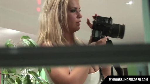 Русская девушка позирует голой перед камерой