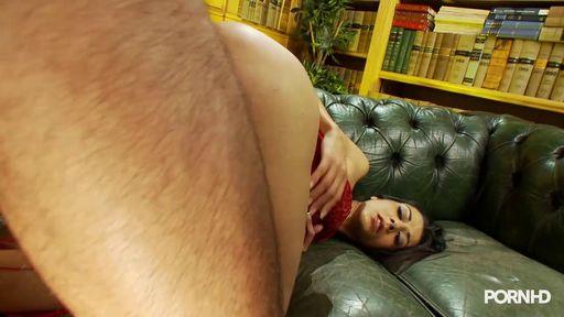 Мужик жестко трахает брюнетку на кожаном диване