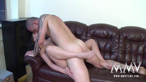 Мужик в партаках показал жаркий секс своей изголодавшейся жене